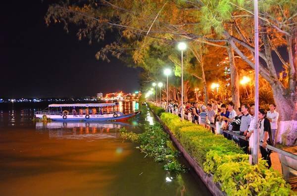 Cảnh bến Ninh Kiều ban đêm